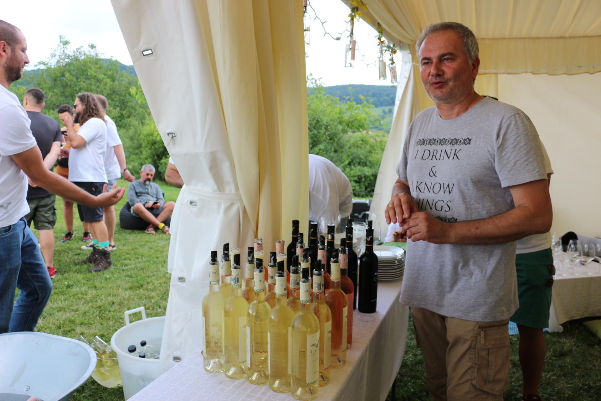 Laurent Dubreuil alături de vinurile sale